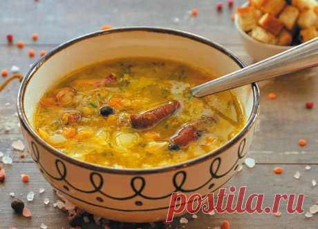 Гороховый суп с копченостями и сухариками Представляем вашему вниманию аппетитный, ароматный, вкуснейший и сытный суп - гороховый с копченостями. Его прекрасно дополнят чесночные сухарики.
