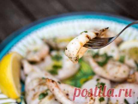 ПП-салаты с кальмарами: простые и вкусные рецепты Салаты с кальмарами - это легкие, вкусные и низкокалорийные блюда с высоким содержанием белка, которые не только подойдут следящим за своей фигурой, но и
