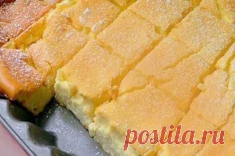 Просто смешиваем все в одной миске и ставим в духовку.   Вот что вам понадобится:   2 стакана муки;  1,5 стакана сахара;  4 ст. л. сметаны;  4 яйца;  400 гр. творога;  100 гр. сливочного масла;  1 ч. л. соды;  щепотка соли;  по желанию: орехи, изюм, цукаты и т.д.