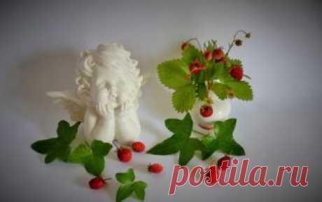 Фото Статуэтка ангелочка рядом с земляникой в вазочке