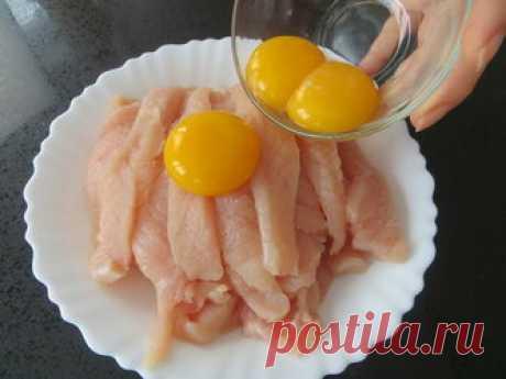Куриные палочки на сковороде Домашняя. Ингредиенты. куриное филе 2 шт. яйца 3 шт. специи для мяса 1 ч.л. чеснок 2 зуб. соль. растительное масло. крахмал 2 ст.л. Пошаговый рецепт приготовления. Для приготовления возьмем два куриных филе, вы если надо увеличивайте пропорции. Мясо нарезаем на небольшие палочки и острием ножа (слегка) отбиваем с обеих сторон. Теперь добавляем желтки, соль, специи и чеснок. Хорошо перемешиваем и оставляем минут на 20. После чего добавляем крахм...