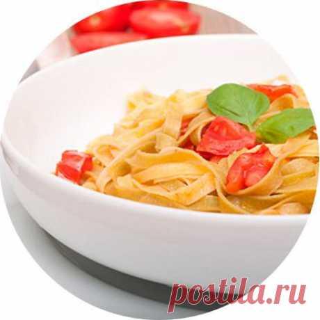Итальянская паста с чесноком и помидорами.
