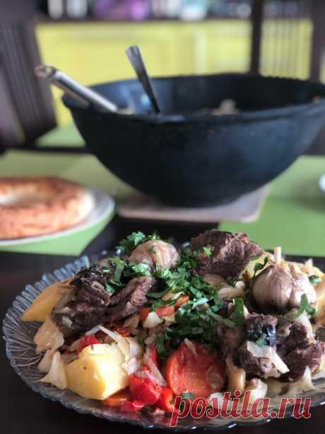 Никогда не была в Узбекистане, но готовить «Басму в казане» люблю. Мясо получается идеально: мягчайшее. Делюсь рецептом - Пир во время езды Я никогда не была в Узбекистане, но с теплотой отношусь к узбекской кухне и очень люблю готовить традиционное узбекское блюдо-басму. Басма состоит из мяса и большого количества овощей. В идеале необходимо использовать мясо баранины, но также подойдет говядина. Я для этого блюда выбрала говядину на косточке, так как по вкусу в нашей сем...