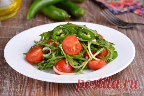 Острый салат с рукколой и помидорами черри.  Готовим острый, сочный и очень ароматный салат из рукколы, помидор черри, зеленого перца чили и репчатого лука. Заправляем яркий салатик оливковым маслом и лимонным соком. Вкусно, красиво и полезно.
