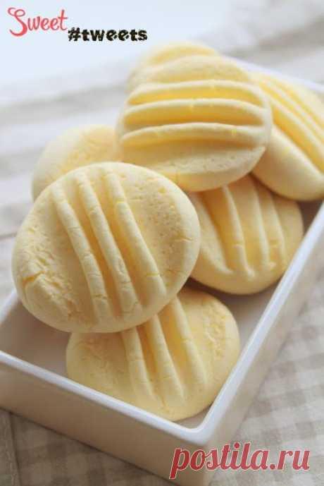Воздушное кукурузное печенье   Ингредиенты:  175 гр. кукурузной муки  100 гр. сгущенного молока  65 гр. сливочного масла, размягченного  1 столовая ложка сахара  1 яичный желток, комнатной температуры   Разогреть духовку до 160 градусов. Подготовить лист для выпечки, застелить пергаментной бумагой.  Взбить яичный желток с сливочным маслом, затем добавить сгущенное молоко и сахар.  Добавить просеянную кукурузную муку и перемешать до однородной массы.  Сформировать небольшие...