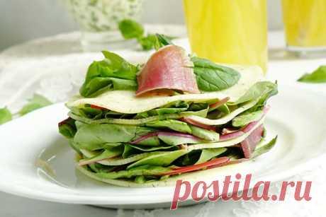 Мильфей из сыра и салатного микса! Традиционный французский мильфей представляет собой пирожное, состоящее из 3 листов слоеного теста и крема из яиц, сахара, масла и муки.