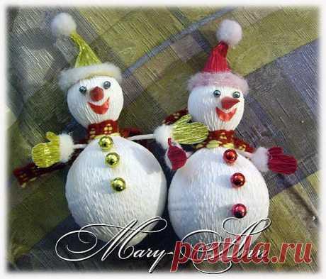 Как сделать снеговика из конфет и гофрированной бумаги.