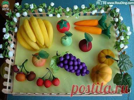 Шъём яблочки с запахом корицы и другие фрукты Ах, какая красота! Фрукты можно сшить из капрона или из простой ткани. Ниже представляю вашему вниманию подробный мастер-класс от замечательной мастерицы из Португалии - ARTEMELZA. Кстати, заметьте, в качестве хвостиков для яблок использованы палочки корицы, получатся яблочки с ароматным сладким...