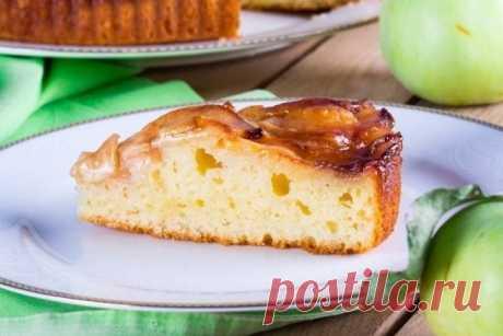 Творожный пирог с яблоками  Ингредиенты:  Масло сливочное (для теста) — 75 г Масло сливочное (для глазури) — 30 г Сахар (для теста) — 100 г Сахар (для глазури) — 50 г Творог (15%) — 130 г Яйца (небольшие) — 2 шт. Мука — 150 г Разрыхлитель — 0,5 ч. л. Яблоки (среднего размера) — 3 шт.  Приготовление:  1. Взбить сахар (100 г) и сливочное масло (75 г). Смесь должна выглядеть как мокрый сахарный песок — крупные крошки. 2. Творог протереть через сито для гладкости, так как в те...