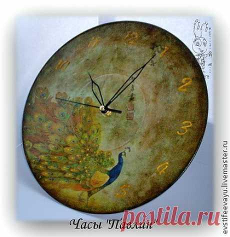 """Часы """"Павлин"""" изготовлены в технике декупаж, искусственно состарены, расписаны контурами."""