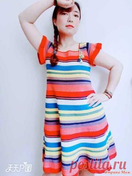 Платье в полоску Это яркое и весёлое молодёжное платье с крылышками смотрится модно, а вяжется очень просто.