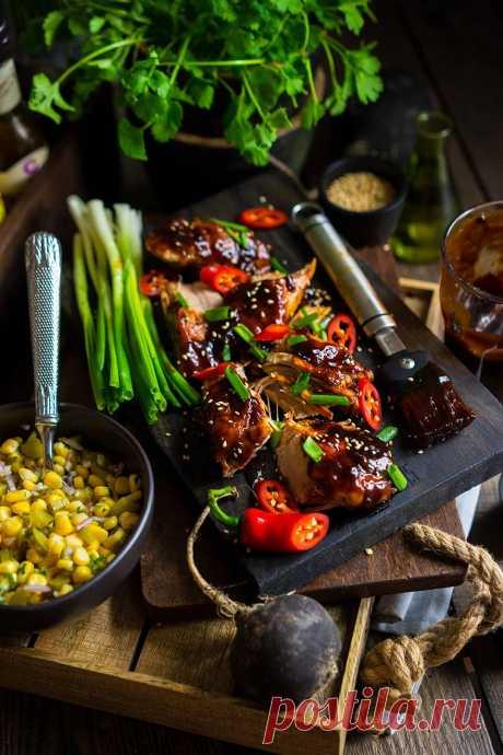 Глазированная свинина с кукурузным салатом. Сезон загородных поездок открыт. Ловите рецепт обалденного мяса