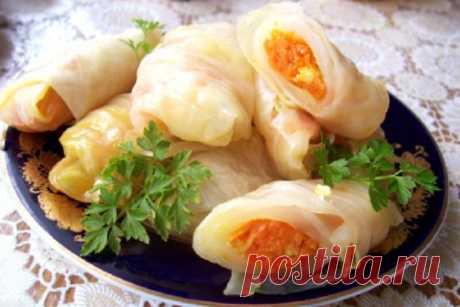 МАРИНОВАННЫЕ ГОЛУБЦЫ С МОРКОВЬЮ ПО-КОРЕЙСКИ   Листья капусты бланшируем как на обычные голубцы. Приготовим фарш с моркови (натёртой по корейски) и чеснока. Приправим фарш специями для корейской моркови. Накрутим голубцы. Сложим их в баночки и з…