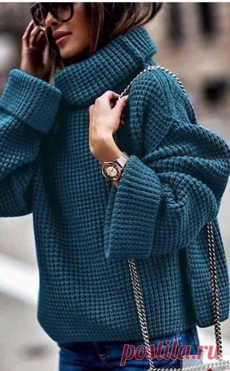 Стильный свитер простым узором.