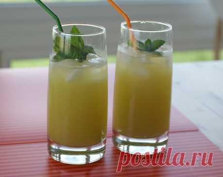 Мятный лимонад — идеальный напиток в жаркую погоду Мятный лимонад отлично освежает в жаркую погоду. Вам обязательно понравится этот изумительный напиток.    Готовится он быстро, просто и из доступных продуктов. Такое напиток вы будете готовить снова и снова — ведь это нереально вкусно.     Ингредиенты  газированная вода — 2,5 л лимон — 2-
