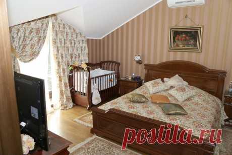 Интерьер частного жилого дома. Спальня в мансарде.