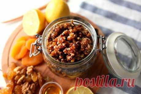 Курага, мед, чернослив, изюм, орехи и лимон — чем полезна эта смесь