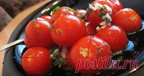 Рецепт приготовления малосольных помидоров с чесноком      Очень красивые, ароматные малосольные помидоры с чесноком, приготовленные по данному рецепту, никого не оставят равнодушным, приятно удивят и порадуют гостей, очаруют своим пикантным вкусом ваших…
