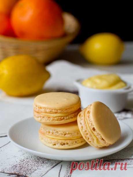 """Пирожные макарон с лимонным курдом на Вкусном Блоге Итак, настало время пополнить коллекцию рецептов французских пирожных макарон. Сегодня в довесок к макарон с мятным ганашем, с чаем """"эрл грей"""" и с ягодной начинкой я предлагаю вам пирожные с начинкой из лимонного курда. Технология приготовления половинок макарон в данном случае – на основе итальянской меренги (как я уже говорила,…"""
