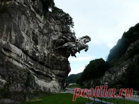 Памятник Св. Георгию находится в скале при въезде в Алагирское ущелье, РСО-Алания.