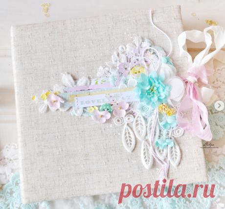 Летний альбом выполнен из коллекции #lovelyday @mintaypapers , размер 20»20, рассчитан на 35 фото, множество кармашков, секретиков, конвертиков, тканевый переплёт . Обложку украшает кружево и цветочки @pastel_flowers_hm 💕