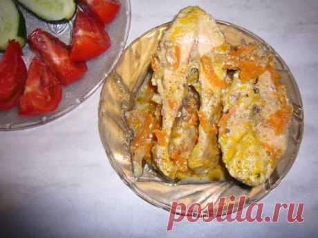El pez en la salsa de crema agria en la multicocción