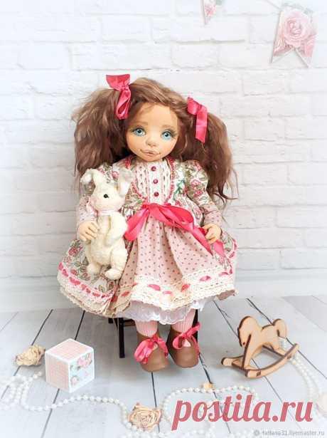 Кукла интерьерная Клаудия, рост 38 см, текстильная. Полностью ручная работа. Выполнена из трикотажа Белый ангел. Подвижные руки, ноги и голова. Одежда полностью снимается. В одном экземпляре.
