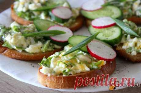 Гренки с яичным салатом Приготовить гренки с яичным салатом очень просто и довольно быстро. Это отличный вариант для завтрака. Так же, если обжарить дома хлеб и приготовить салат, на природе, пока жарится шашлык, можно быстро приготовить вкусную и сытную закуску.