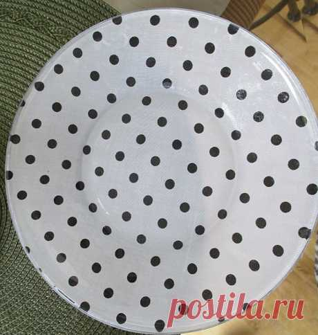 The skilled worker pasted fabric to a reverse side of a plate. All members of household estimated result