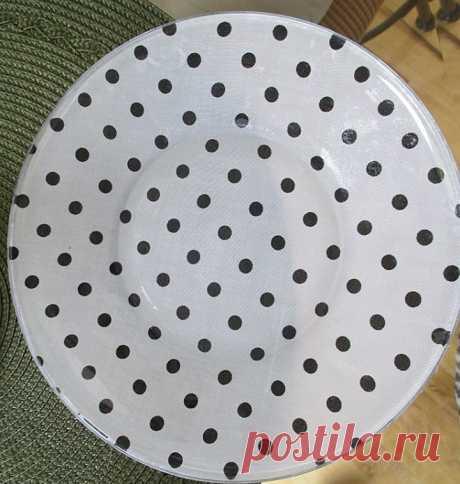 Мастерица приклеила ткань к обратной стороне тарелки. Все домочадцы оценили результат
