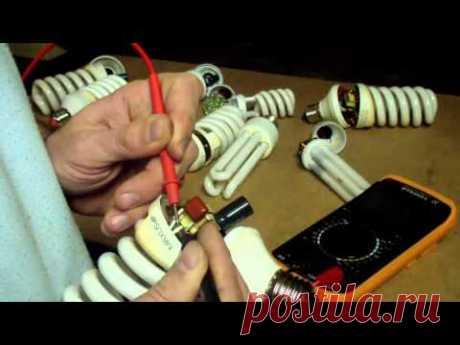 La reparación de la lámpada que guarda de energía (la rotura de la espiral)