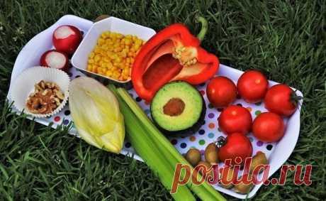 У тех, кто худеет, под рукой всегда должен быть такой список:   Низкокалорийные продукты: Помидоры, огурцы, грибы, белая нежирная рыба, цитрусовые.   Сытные продукты: Овсяные хлопья, макароны из твердых сортов пшеницы, фасоль, цельно зерновой хлеб, яблоки.   Продукты, не провоцирующие скачки сахара в крови: Обезжиренное молоко, чечевица, грибы, ягоды, салатные листья.   Продукты с пониженным содержанием жира: Нежирный творог, куриные субпродукты, морепродукты, окунь, тунец...