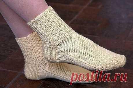 Носки на двух спицах без шва. Простой способ вязания. Вязали так же? Поделитесь в комментариях.  Предлагаем вашему вниманию простой способ вязания носков на двух спицах. Носки хорошо сидят на ноге и удобны в носке. Эта модель носков с квадратной (прямой) пяткой. Такая пятка позволяет связать носки на любой подъем стопы: от низкого до высокого. Показать полностью...