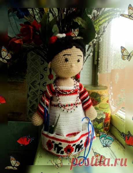 Кукла помощница связанная крючком - это органайзер для всех, кто занимается творчеством.Кукла помощница связанная крючком станет отличным подарком для рукодельницы. Кукла может хранить все необходимые для рукоделия инструменты. Туловище куколки крепится на банку. В карманах фартучка можно хранить полезные мелочи и инструменты.