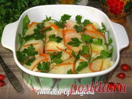 ОСТРЫЕ ЗАКУСОЧНЫЕ ГОЛУБЦЫ  Замечательная и оригинальная холодная закуска, которая порадует любителей домашних солений и маринадов. Смотрится очень красиво на праздничном столе.  Продукты: 14-16 средних листьев капусты, 5-6 шт. моркови, 2 головки чеснока, соль, перец по вкусу.  Капустные листья проварить 2-3 минуты ( как на голубцы), что бы они были мягкими, но не расползались, остудить. Морковь натереть на терке для корейского салата, чуточку посолить, добавить очищенный и...