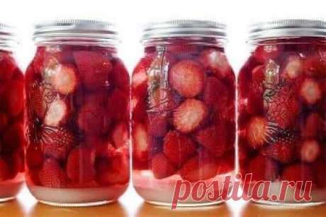Ароматный ликер. Ароматный ликер.  Нам пригодится: -0,5 кг спелой, сладкой клубники; -0,5 л водки или спирта, разведенного до 40-45%; -250-300 г сахара; -½ часть большенького лимона; -200 мл отстоянной воды.  Приготовление следующее: Клубнику промываем, удаляем плодоножки и режем пополам (если ягоды крупные, то можно и на четвертинки). Засыпаем клубнику в литровую банку и заливаем её водкой. При этом важно, чтобы все ягоды были покрыты водкой. Можно ее взять больше и налит...