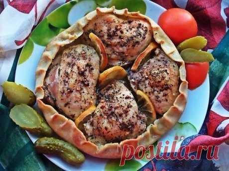 Курица, запечённая в съедобной тарелке.  Ингредиенты:  Куриные бёдрышки — 4 шт. (770 г)  Лимон — 0,25 шт.  Базилик сушеный — 1 ст. л.  Чеснок — 6 зуб.  Соль крупная — 1–1,5 ч. л.  Перец — 0,5 ч. л.  Оливковое масло — 4 ст. л.   на тесто (200 г):   Мука Вода Соль Масло оливковое  Приготовление:  1. Для начала делаем заправку для курочки: чеснок порубить и смешать с базиликом, солью, перцем, влить масло. Если есть ступка, растереть в ней. Мне нравится покупать верхнюю часть ...