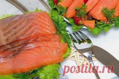 Красная рыба засоленная... в морозилке - необычный рецепт приготовления.  Приготовить тузлук (на 1-1.5 кг рыбы): на 1 литр воды 5 столовых ложек соли и 5 столовых ложек сахара. Соль и сахар берем без горки,но и не снимая излишки ножом. Можно соль-сахар растворять в холодной воде, а можно вскипятить раствор и полностью остудить.  Залить тузлуком, прикрыть тарелкой. Поставить минимум на сутки в морозилку.  Обратите внимание, что рассол не превращается в кусок льда!!!!  Размо...