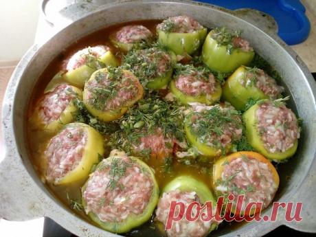 Болгари долма шурпа  Для супа с фаршированным болгарским перцем берем:  на долму: 10 штук некрупных спелых болгарских перца грамм 300 фарша баранины средней жирности 1 крупную луковицу пиалу риса   на поджарку: немного масла 1 крупную луковицу 1 красную морковь 8 мелких (или 3 крупных) картофеля 1 крупный помидор  соль, специи - по вкусу   В фарш, добавить мелко рубленный лук,рис, посолить, поперчить, добавить зиры и тщательно перемешать. Зафаршировать этим перцы, предвари...