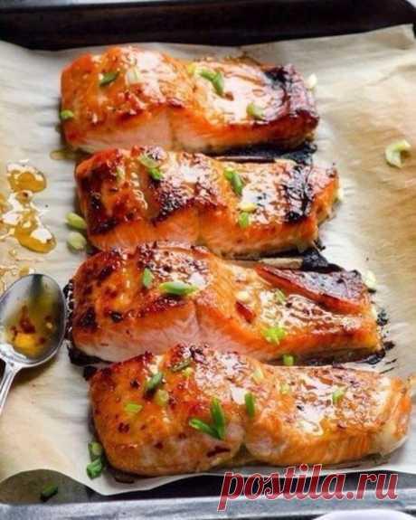 Рыба в фольге Ингредиенты:  Рыба (лучше любая красная) — 2 стейка Лук — 1/2 шт. Лимон — пару кусочков Лавровый лист — пару штук Черный перец, соль Помидор — 1 шт.  Приготовление:  1. Рыбу нарезать стейками. 2. Застелить противень фольгой, выложить на него лук, кусочки лимона (под каждый стейк). 3. Далее стейки поперчить, посолить, полить лимонным соком, положить кусочек томата, лавровый лист. 4. Обернуть фольгой сверху и выпекать около тридцати минут при 180-200° С.