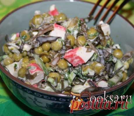 Салат из морской капусты с зеленым горошком, плавленым сыром и крабовыми палочками фото рецепт приготовления