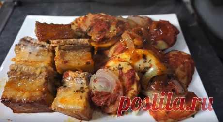 Жаркое из свинины — вкусное и сытное второе блюдо. Его можно приготовить в духовке, в кастрюле, мультиварке, скороварке и даже в сковороде. Часто готовят такое блюдо на ужин, потому что мясо свинины тушится быстро.