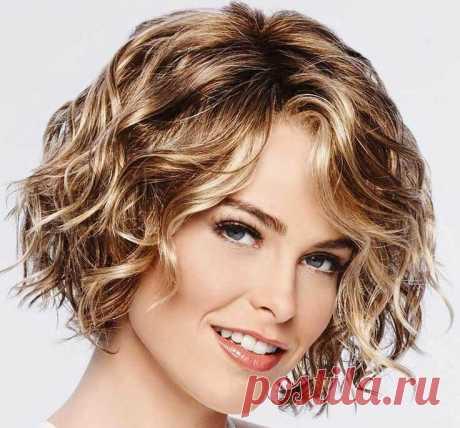 Стрижки на кудрявые волосы для женщин - разнообразные варианты. Пышные кудрявые волосы во все времена считались достоинством и яркой изюминкой женщины. Вьющиеся локоны с непослушными прядями смотрятся очень обворожительно, кокетливо и сексуально, в то же время наполняя образ некоторой детской непосредственностью и хулиганством. Девушки, обладающие кудрявыми волосами, всегда притягивали взгляды не только мужской половины человечества, но и многих женщин.