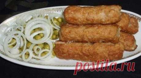 Мититеи – молдавские маленькие колбаски  Мититеи - это молдавские маленькие колбаски. Обычно их готовят на гратаре или гриле. В нашей семье их всегда готовили по этому рецепту, адаптированному к домашним условиям! Мититеи получаются очень сочными, нежными и безумно вкусными!!!! А аромат не оставит никого равнодушным!!!  Нам понадобится:  Свинина - 700 гр.  Говядина - 300 гр.  Соль, перец - по вкусу  Сода (обязательно!) - на кончике ножа, можно 0,5 ч.л.  Крахмал (примерно) ...