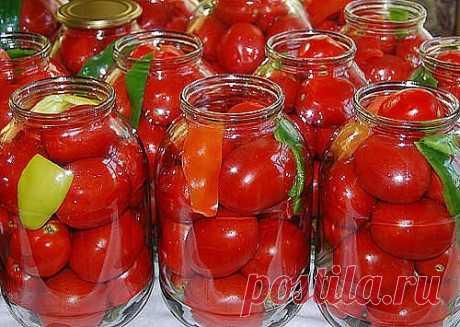 «Царские» помидоры для цариц:) Вкусные, сладкие помидорки Мой любимый рецепт, придумала сама,изменяла его из года в год. На сегодняшний день он такой — На 3-х литровую банку. Помидоры вымыть, наколоть зубочисткой дырочки (чтоб не трескались). В банку положить: укроп зонтиком, гвоздика 2-3 шт, душистый перец горошком 2-3 шт, перец острый стручок(отрезать колечко 5мм.), лавровый лист, перец болгарский 1/4. Помидоры и специи уложить в чистую банку(я не стерилизую), залить кип...