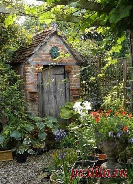 Сады: фотографии для вдохновения Немного иллюстраций с Pinterest: Похожего эффекта можно добиться, купив цветущий газон. Большинство растений в наших широтах не зимует (и не все выживает при самосеве), но у многих можно собирать семена и повторять. Очень нравятся однородные массивы: Уютные садики. Атмосфера…