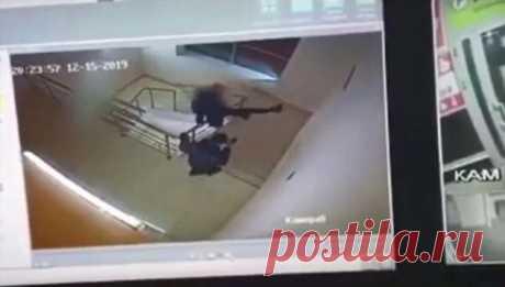 Подросток выжил, упав с четвертого этажа торгового цента в Йошкар-Оле . Тут забавно !!!