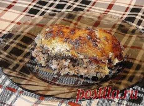 Курица, запеченная с гречкой Крупа пропитывается соком мяса, получается гречневая каша божественного вкуса, особенно в сочетании с хмели-сунели, а сырная корочка, как фольга, сохраняет все полезные и питательные вещества внутри продукта. Ингредиенты: - курица средних размеров - 2 стакана гречки - сыр - сметана - лук - чеснок - приправа хмели-сунели - соль - 1 ст. ложка растительного масла Приготовление: 1. Два стакана тщательно промытой крупы укладываем на смазанный маслом...