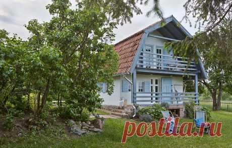 Именно о такой даче вы мечтаете: деревянный домик в Польше Природная цветовая гамма, натуральные материалы, много света и зон отдыха, обустроенная терраса и подвесное кресло у входа. В этом домике есть буквально все, о чем только можно мечтать