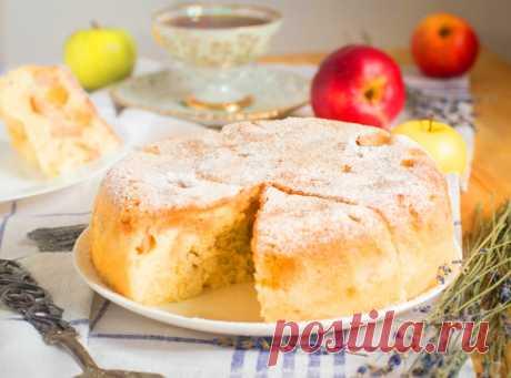 Пышная шарлотка с яблоками в мультиварке   Пышная, ароматная и нежная шарлотка с яблоками – идеальное лакомство для вечернего чаепития!Рецепт для тех, кто дорожит своим временем. Подготовка занимает 10–15 минут, остальное сделает за вас м…